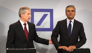 Imatge darxiu dels dos copresidents del Deutsche Bank durant una roda de premsa.