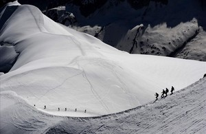 Alpinistas caminan sobre el macizo del Mont-Blanc por encima de la Vallée Blanche en los Alpes franceses.