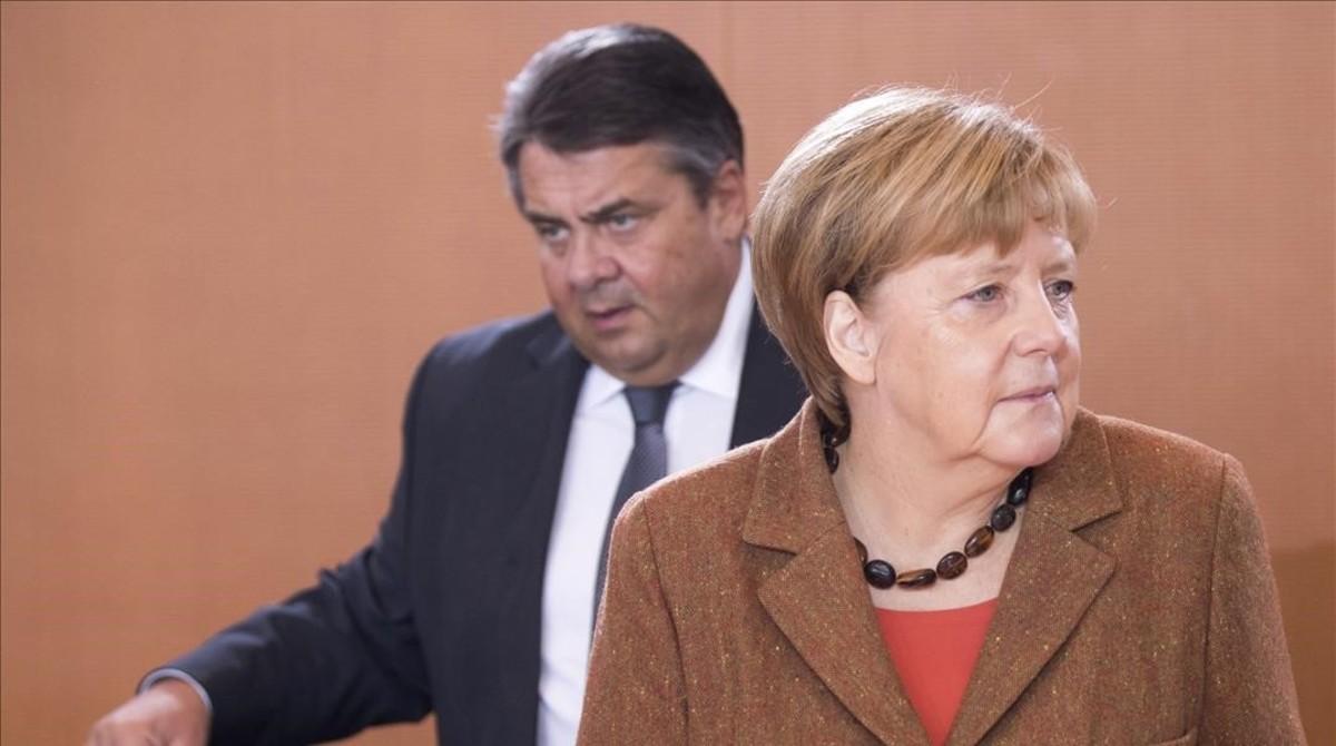 La cancillera Angela Merkel, junto a su vicecanciller, el socialdemócrata Sigmar Gabriel.