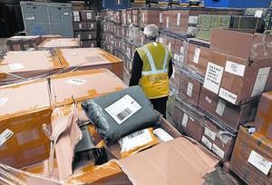 Paquetes a la espera de ser distribuidos en las dependencias de Correos en la Zona Franca, el pasado viernes.
