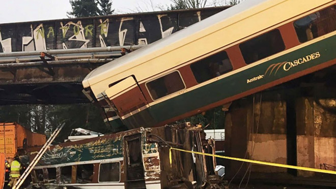 Un tren de Amtrak descarrila sobre la autopista en el estado de Washington, causando al menos 6 muertos .