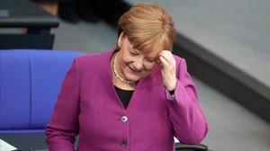 Angela Merkel en el Bundestag, expliando sus objetivos para la cumbre europea.