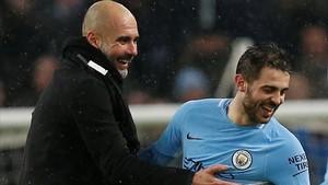 Guardiola felicita a Bernardo Silva, autor del gol del City ante el Chelsea.