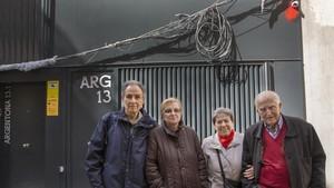Josep Maria, Margarita, Neus, Paco, y arriba a la derecha, la cámara de la calle de Argentona, vandalizada.