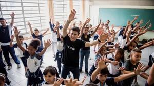 Márquez se lo pasó en grande bailando con los jóvenes alumnos