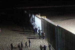 Agentes del ejercito norteamericano vigilana los migrantes de la primera caravana que salio desde Honduras y recorrio el territorio mexicano en la valla fronteriza de TijuanaMexico.EFE Joebeth Terriquez