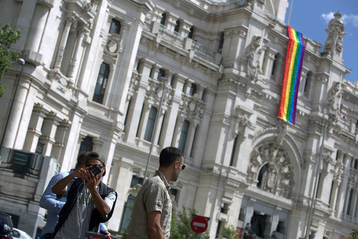 La bandera multicolor del colectivo LGTB, en la fachada del Ayuntamiento de Madrid con motivo de las fiestas del Orgullo en el 2017.