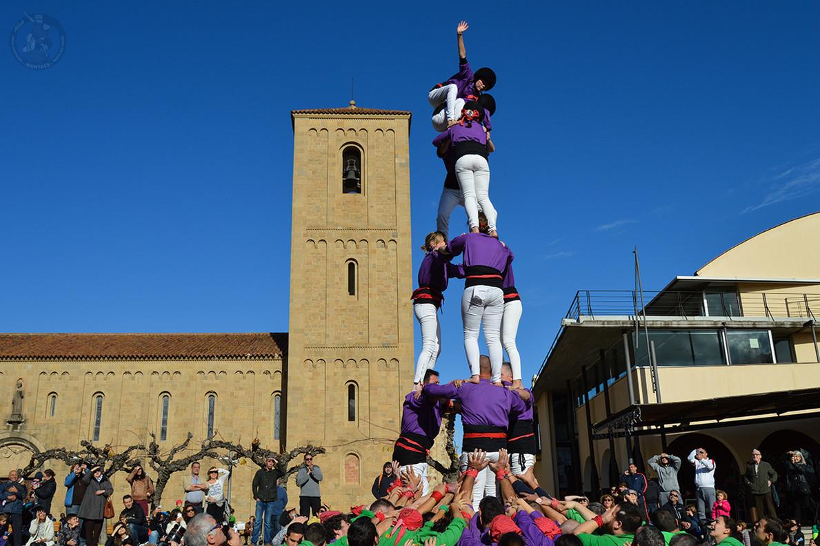 Los Manyacslevantando un3d6 en la Diada Castellera de Parets