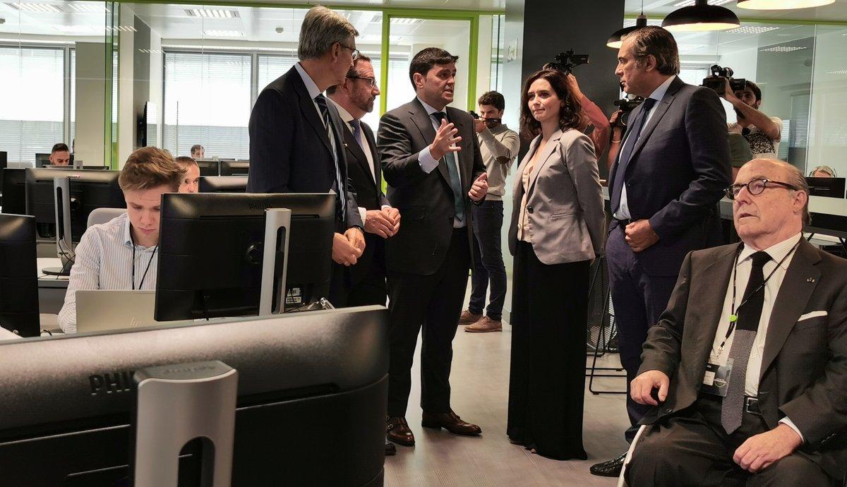 La presidenta de la Comunidad de Madrid, Isabel Díaz-Ayuso, durante la visita al centro de ciberseguridad de Deloitte en Madrid.
