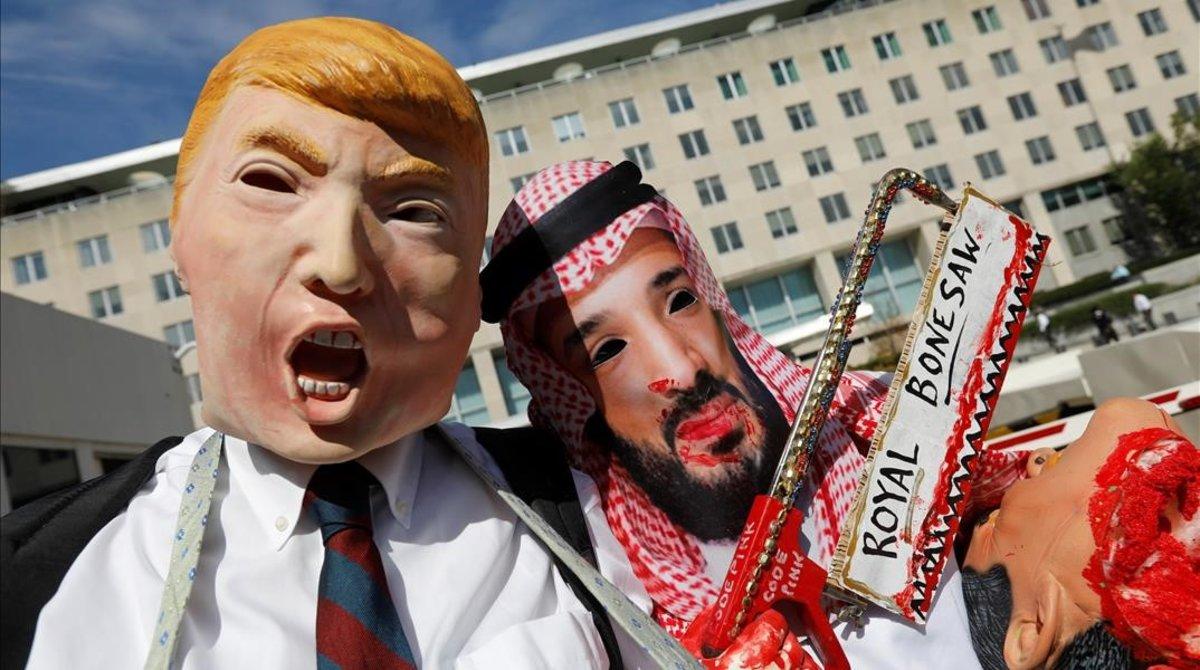 Activistas caracterizados como Trump y Bin Salmán protestan ante el Departamento de Estado de EEUU, reclamando sanciones contra Arabia Saudí por la muerte de Khashoggi.
