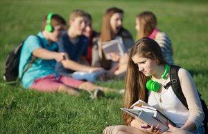 Adolescente apartada del grupo de amigos.