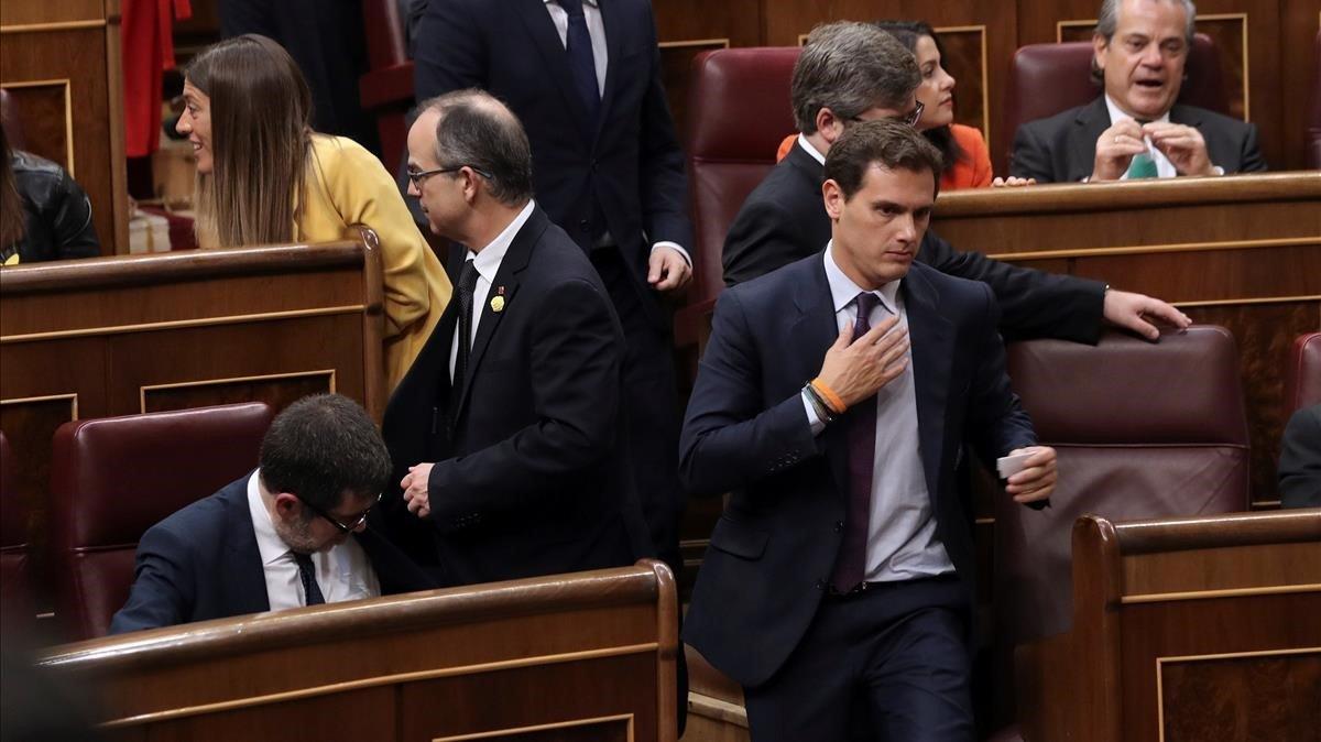 Albert Rivera pasa junto a Jordi Sànchez (sentado) y Jordi Turull, durante la sesión constitutiva de las Cortes.