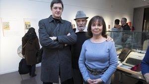 Alberto Valle, Rafael Barberán y Àngels Gimeno, en la exposición 'Secrets de butxaca'