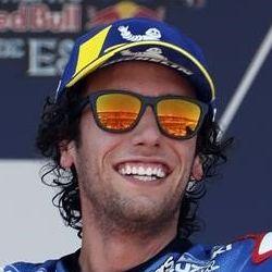 Alex Rins festeja el segundo lugar en el circuito de Jerez.