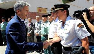 Fernando Grande-Marlaska saluda a policías y guardias civiles durante una visita a Algeciras (Cádiz) en julio pasado.