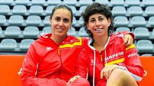 Anabel Medina, la capitana del equipo español, junto a Carla Suárez