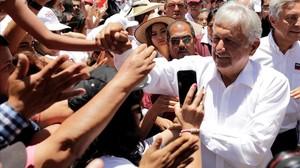 Andrés Manuel López Obrador saluda a simpatizantesen la ciudad de Zitacuaro, en el estado mexicano de Michoacán.