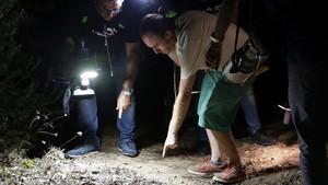 Un periodista señala al cámara de televisión el punto exacto donde el terrorista yihadista fue abatido por dos mossos.
