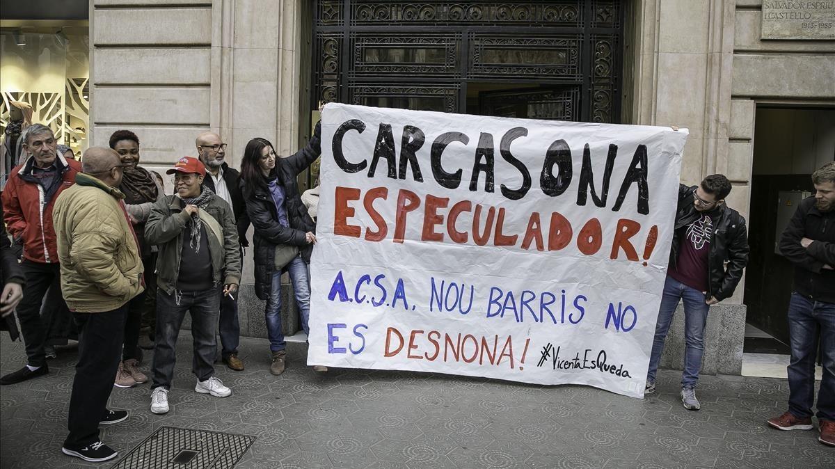 Acción de los vecinos de Nou Barris para parar el desahucio.