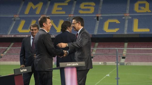 Bartomeu saluda al moderador, Bernat Soler, delante de Laporta y Freixa (de espaldas).