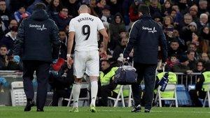 Benzema se retira lesionado en el Bernabéu del duelo conta el Rayo Vallecano.