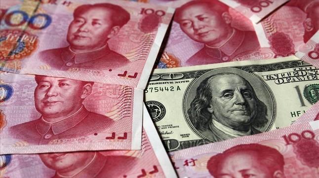 Billetes de yuan junto a un dólar