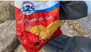 Trobada en una platja d'Alacant una bossa de patates de més de 22 anys