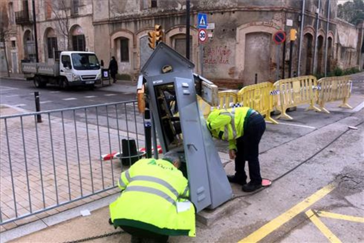 Un camión se empotra contra una barrera del paso a nivel en Figueres y obliga a desviar el tráfico