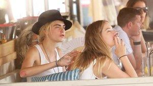 Cara Delevingne y Ashley Benson, enSaint Tropez, el 5 de julio pasado.