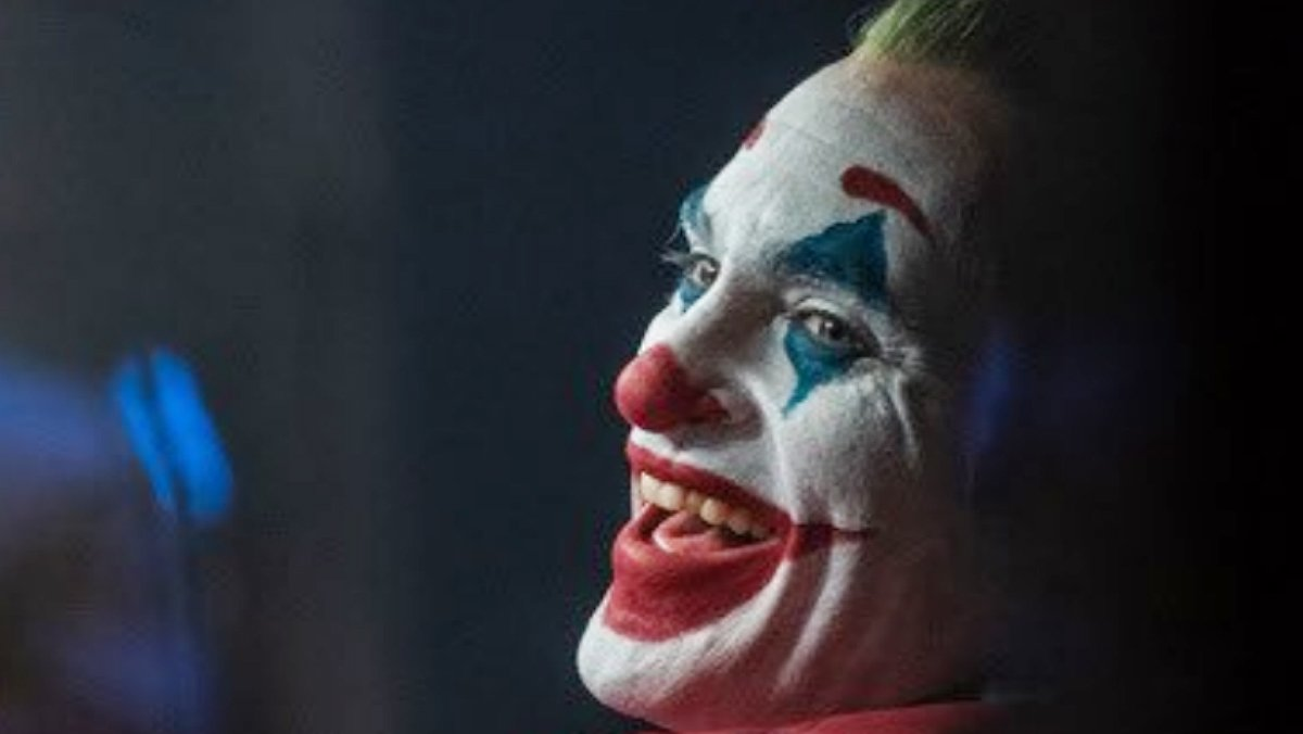La característica risa histriónica e incontrolada del Joker corresponde con los síntomas de una patología mental.