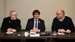 Carles Puigdemont, flanqueado por el exconseller Lluís Puig y el diputado de JxCat Eduard Pujol, este miércoles en Bruselas.