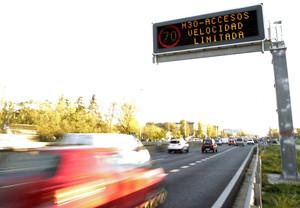 Cartel que recuerda el límite de velocidad permitido en los accesos a Madrid por la A5.