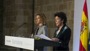 Las ministras Meritxell Batet (izquierda) y Isabel Celaá (derecha) en la rueda de prensa posterior al Consejo de Ministros celebrado en Barcelona.