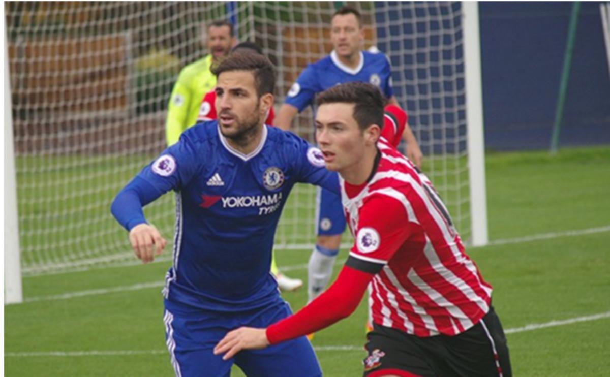 Cesc, en una acción del partido que disputó con el filial del Chelsea