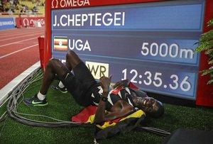 Cheptegei millora el rècord mundial de Bekele als 5.000 metres