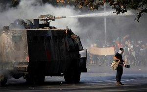 La policía en Chile dispersa a un grupo de manifestantes durante las protestas.