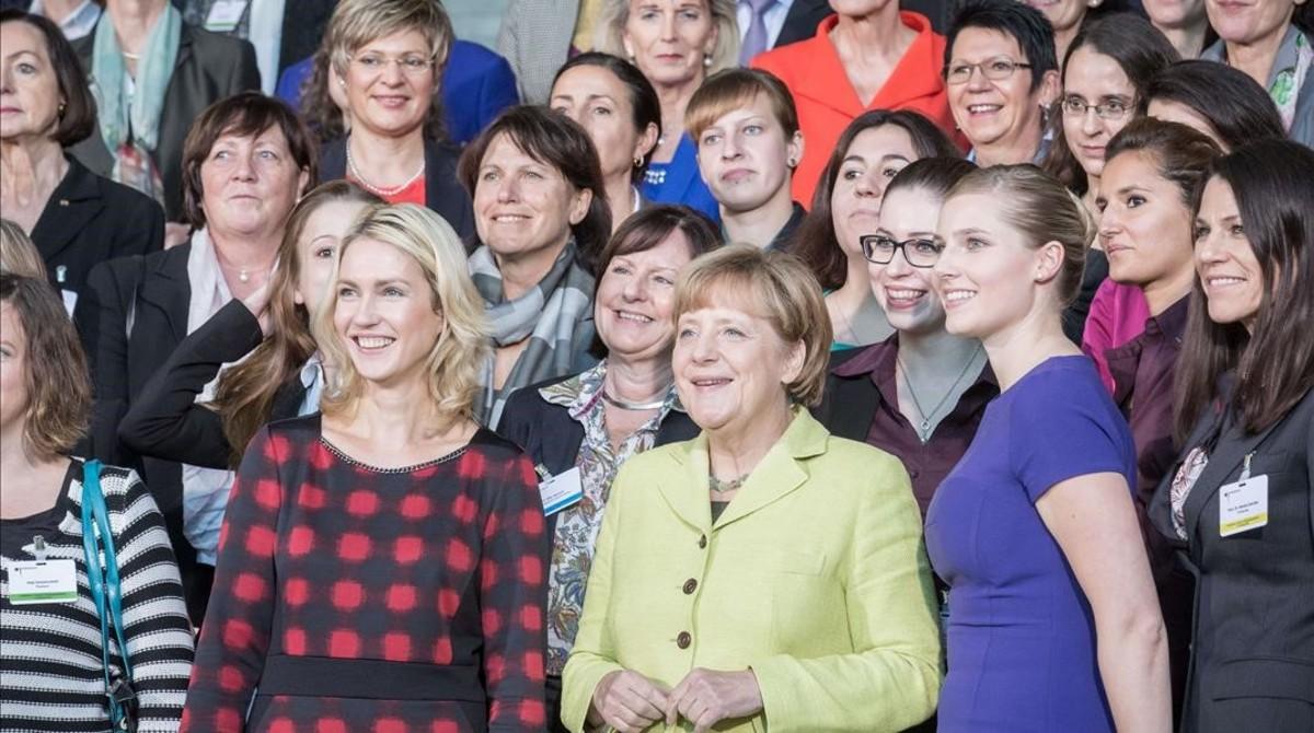 La cancillera alemana Angela Merkel, en el centro, con la ministra Manuel Schwesig, a su izquierda, en un acto con mujeres ejecutivas.