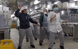 Cocineros del 'Diamond Princess' celebran el final de la cuarentena.