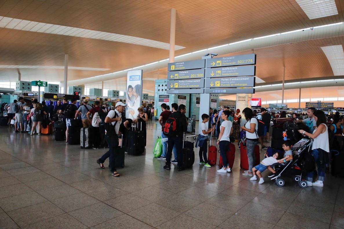 Colas de pasajeros esperando para facturar en el aeropuerto de El Prat, en días pasados.