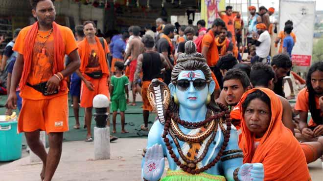 Colocados de marihuana, millones de hindúes rinden tributo a Shiva, el dios de los excesos.