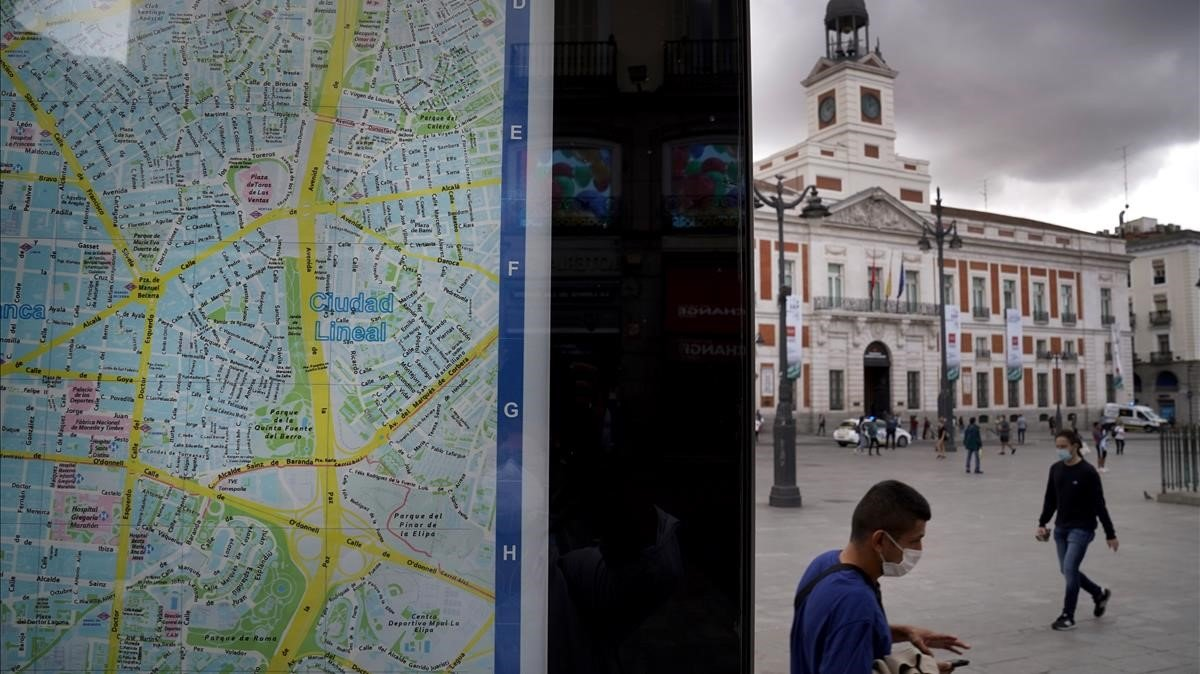 Un mapa de la ciudad en la Puerta del Sol. Al fondo el edificio de la Presidencia de la Comunidad de Madrid.