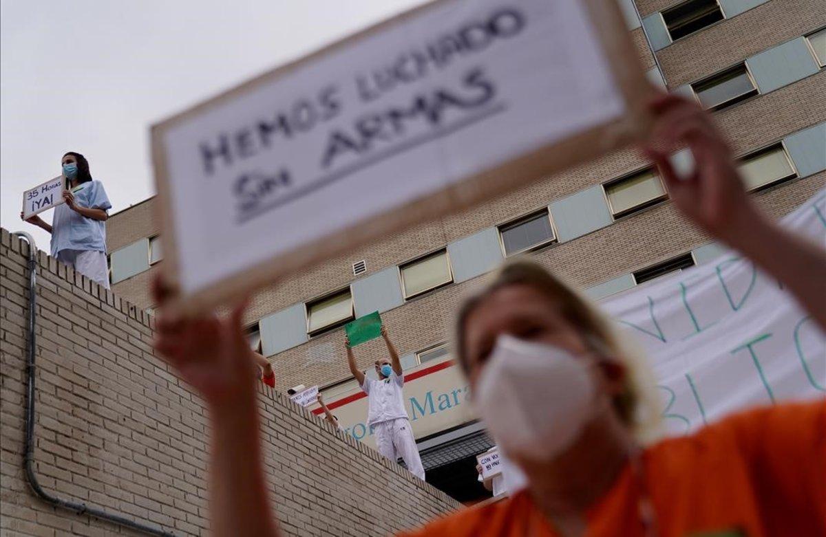 Personal sanitario del Hospital Gregorio Marañón durante una concentración en protesta contra las privatizaciones y los despidos.