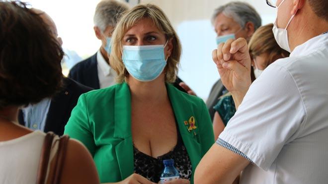 La consellera de Salud de la Generalitat, Alba Vergés, ha visitado este viernes en Reus (Tarragona) los espacios en los que se están realizando desde hoy un cribado masivo de PCR en tres barrios de esta ciudad.