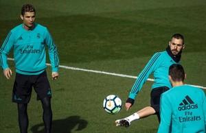 Cristiano Ronaldo y Benzema, durante el entrenamiento de este martes en la ciudad deportiva blanca.