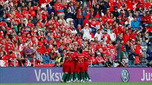 Cristiano Ronaldo, rodeado de sus compañeros portugueses tras marcar el primer gol.