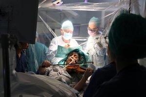 Dagmar Turner toca el violín mientras le extirpan un tumor cerebral.