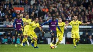 Dembélé corre para escaparse de cuatro defensas del Villarreal en el Camp Nou.