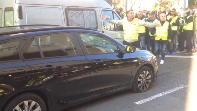 Destrozos en un coche VTC por parte de taxistas en huelga.