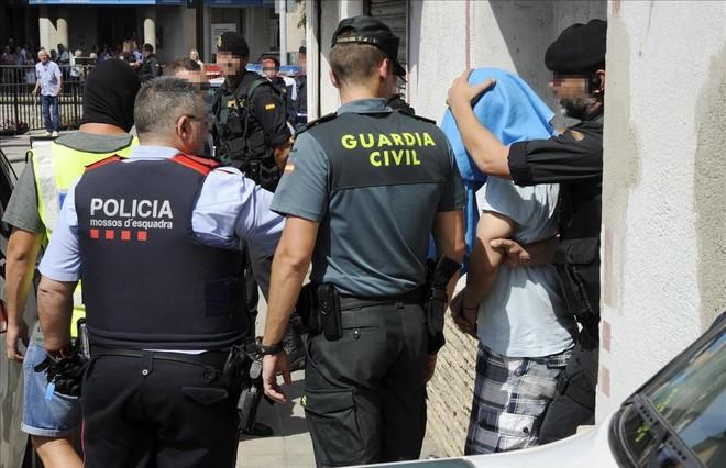 Mañana del 18 de agosto de 2017. La Guardia Civil y los Mossos detienen en Ripoll a uno de los presuntamente relacionados con la célula terrorista. Pese a esta imagen de colaboración, entre las jefaturas de los cuerpos estatales y la policía autonómica la tensión está llegando al límite durante esa jornada.