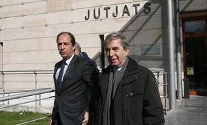 El doctor Vilardell, a la derecha, a la salida de los juzgados de Reus.
